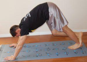 Downward dog stretch oefening op matje