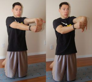 man doet staande forearm stretch oefening