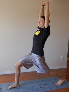 man doet warrior pose stretch