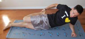 man doet lying quad stretch positie op matje