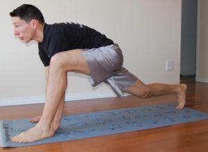 man doet sprinter pose stretch oefening op matje