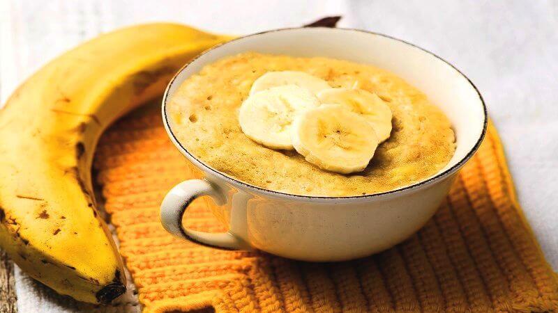 banaan en een mugcake op tafel uitgelicht