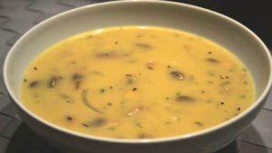 champignonsoep in een soepkom