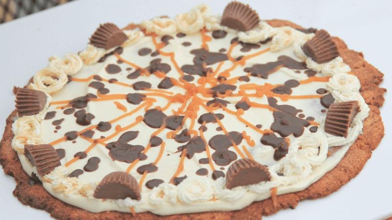 Chocolade-pindakaaspizza op tafel uitgelicht