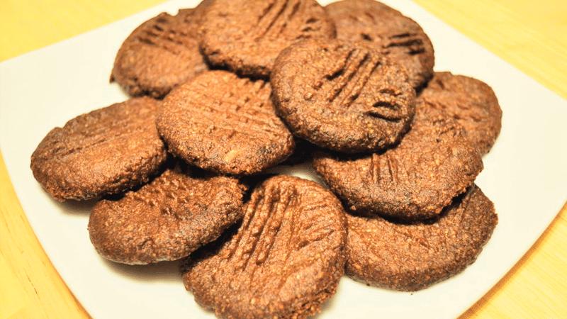 Chocolade shortbread koekjes op een bord