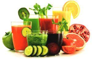 smoothies en sapjes op tafel van verschillende fruit soorten