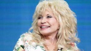 Dolly Parton op leeftijd glimlacht