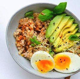 gekookt ei met avocado en boekweit op bord