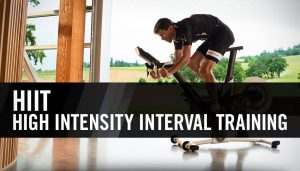 illustratie van man die op wieltrainer aan HIIT workout doet