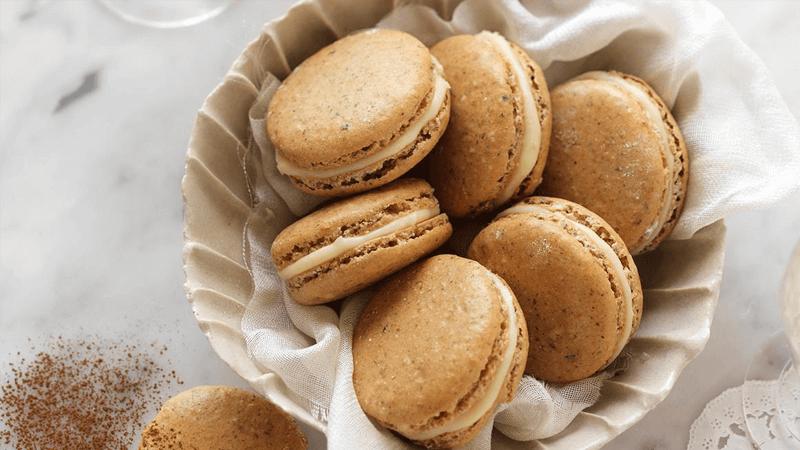 Macarons in schaaltje uitgelicht