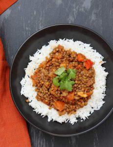 linzen met witte rijst op een bord