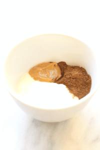 Ontbijt 2 Yoghurt met pindakaas en cacaopoeder