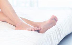 naakte benen liggend op bed