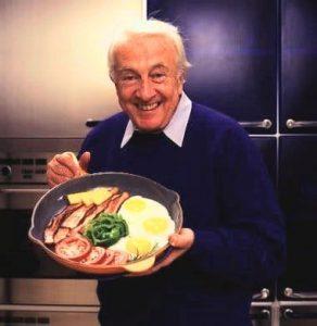 Robert Atkins houdt pan met tomaten en eieren vast