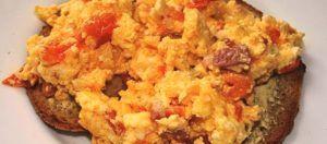 Roereieren met tomaat en feta