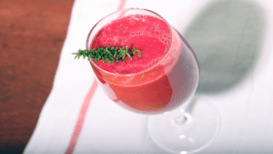 rode bieten smoothie in glas op houten tafel