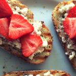 Toast met hüttenkäse, aardbei en peper