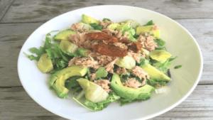 tonijnsalade op een wit bord op houten tafel