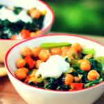 Vega salade met kikkererwten, komijn, yoghurt en munt