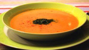 wortelsoep in een groene soepkom