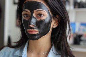vrouw draagt actieve kool op haar gezicht