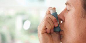 Man heeft astma en trekt aan pufje