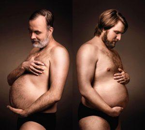 deux hommes admirent leur ventre à bière