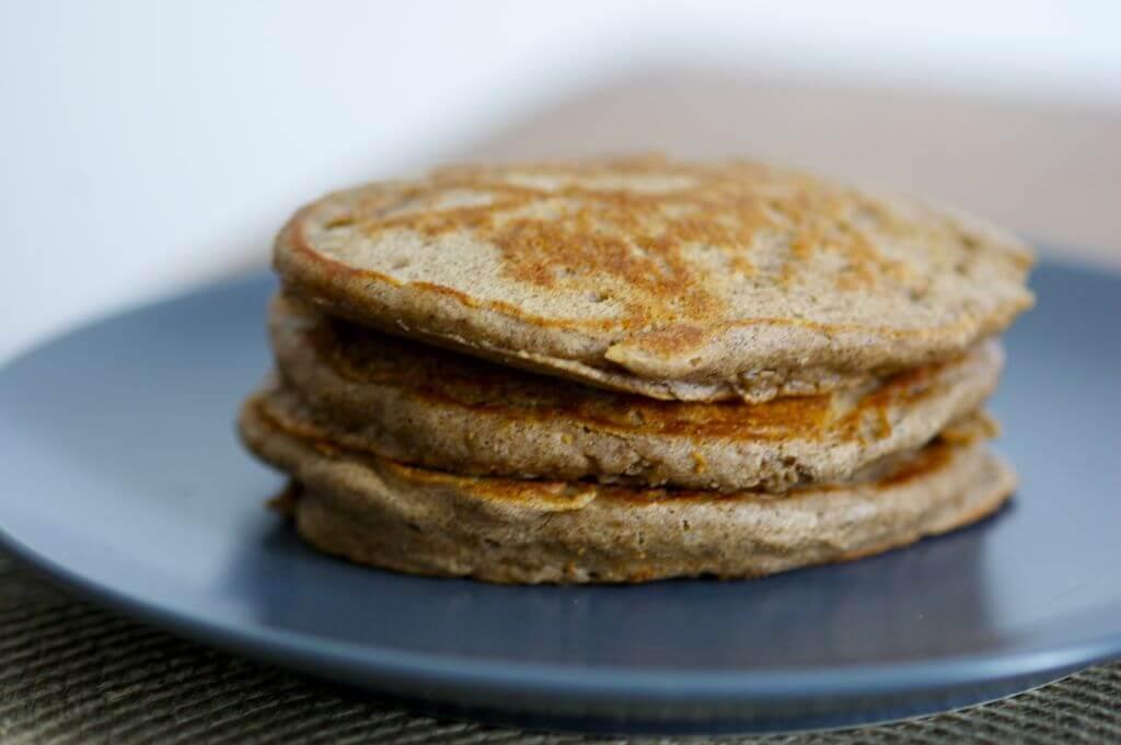 Close up van kleine pannenkoekjes op blauw bord