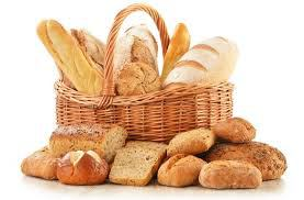 koolhydraatrijk brood in mandje