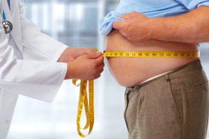 mesure du tour de taille d'un homme atteint du syndrome métabolique