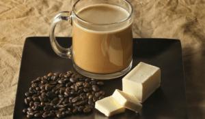 bulletproof koffie met zwarte koffie bonen en boter