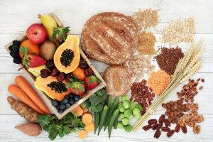 aliments riches en glucides sur une table en bois