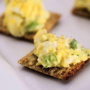 Cracker met eiersalade op bord