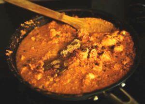 curcumine wordt in een hete pan geroerd