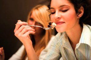 genietende vrouw eet lepel met ijs