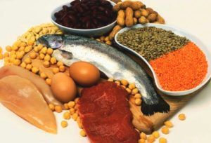 eiwitrijk voedsel op een plank