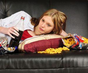 femme étendue sur un divan buvant du soda
