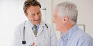 oude man lacht naar behandelend arts