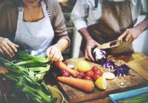 echtpaar snijdt groenten in de keuken