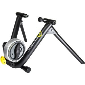 CycleOps Magneto trainer (wheel-on trainer) apparaat op witte achtergrond