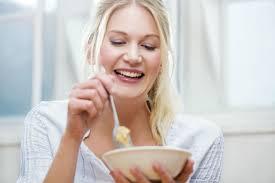 vrouw geniet van een kommetje met voedsel