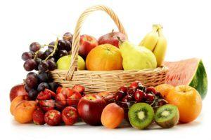 fruit- en groentesoorten in rietenmand