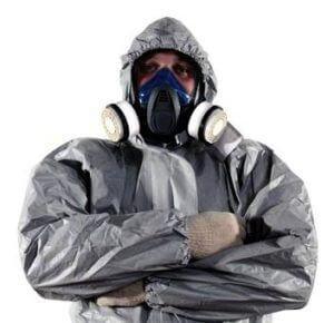 Man met veiligheidspak en gasmasker op houdt zijn handen in een gesloten houding