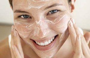 Lachende vrouw scrubt haar huid