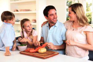 Gelukkig gezin in de keuken