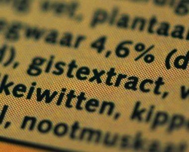 close-up van gistextract als ingrediënt op een etiket