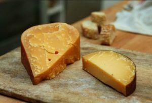 Goudse kaas op een kaasplank