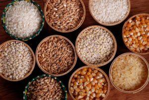 verschillende graansoorten in houten kommen