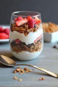 granola met wat volle Griekse yoghurt in een glazen schaaltje op tafel