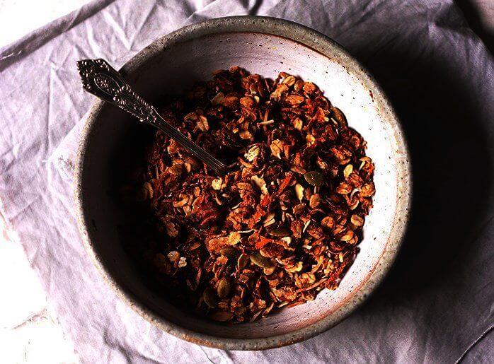 Kom met wortel granola